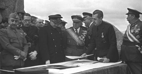 Pedro Muguruza, Franco-ri azalpenak emanez (eskumatik lehena)